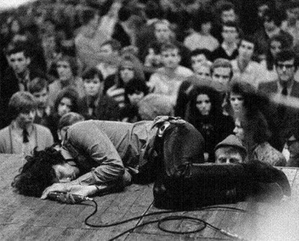 Джим Моррисон во время выступления