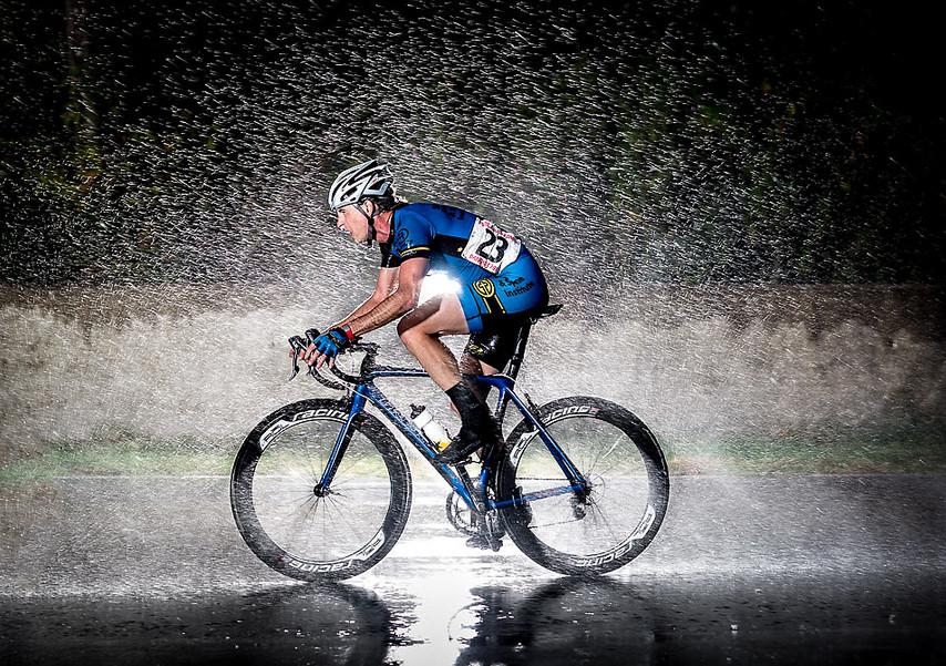Велосипедист под дождем. Dave McLaughlin.