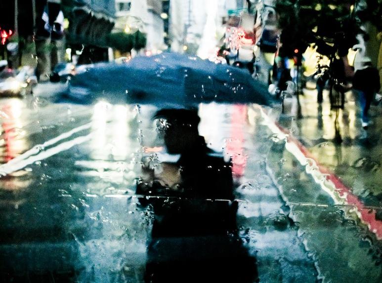 Дождь и горожане под зонтами. Maximo Gaia.