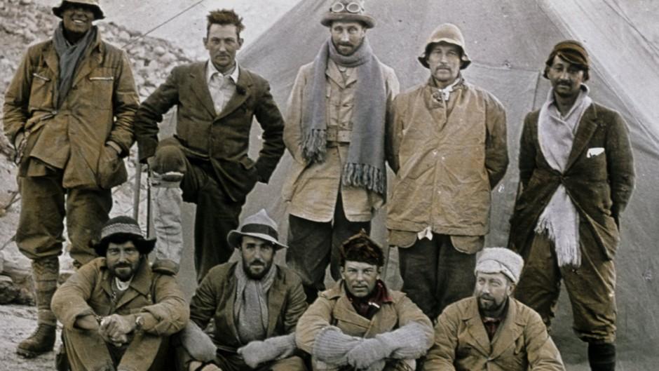 Стоя слева на право: Andrew Irvine, George Mallory, Edward Norton, Noel Odell, and John Macdonald.