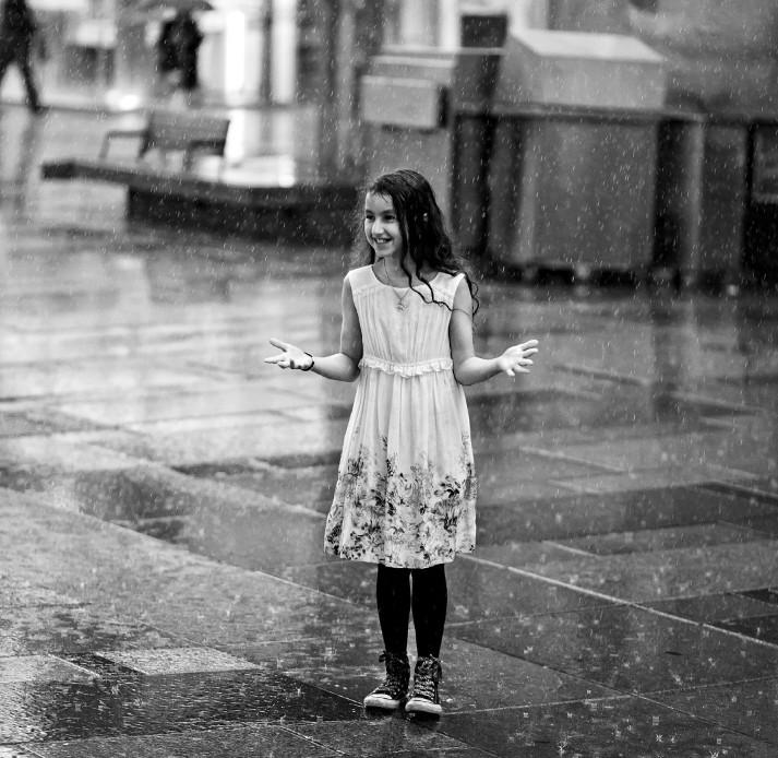 Девочка под дождём. Oleksand Gontar.