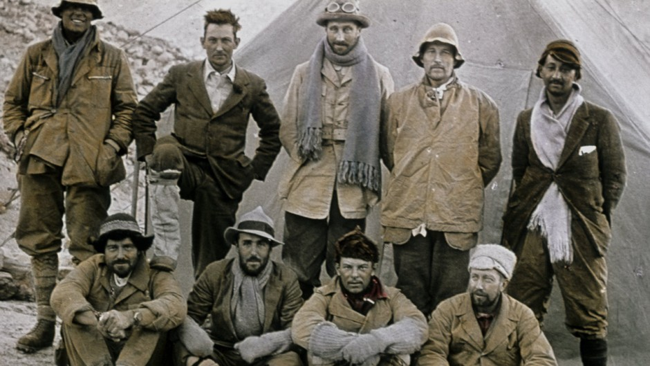 Стоя слева на право: Andrew Irvine, George Mallory, Edward Norton, Noel Odell, and John Macdonald.